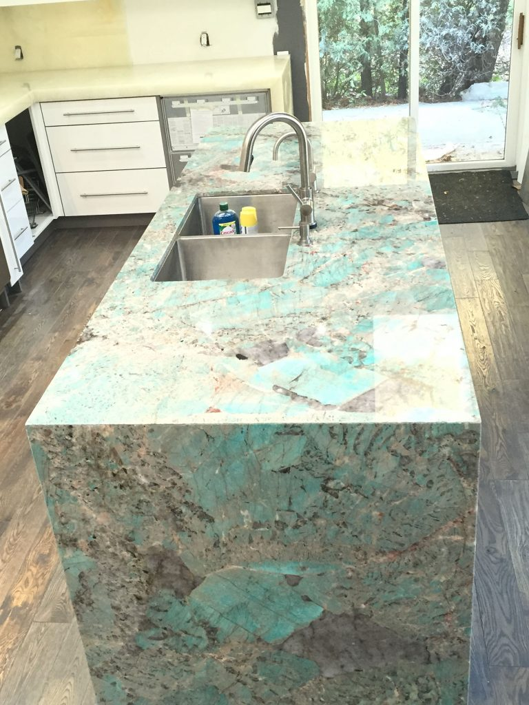 Amazonite quartzite island and onyx kitchen - MaxSpace